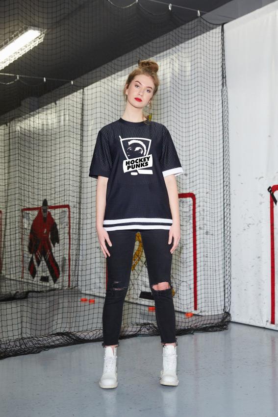 """""""OHMY x Hockey Punks"""" juodi sportiniai marškinėliai 1"""