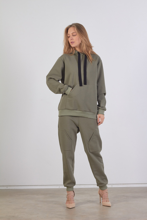 Chaki spalvos džemperis su asimetrine kišene ir gobtuvu iš mikštos medvilnės trikotažo