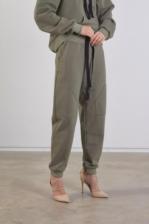 Chaki moteriškos laisvalaikio kelnės iš šiltos medvilnės medžiagos, su kišenėmis ir raišteliais