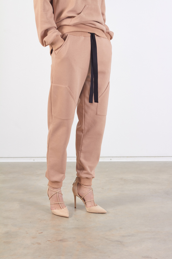 Moteriškos smėlio spalvos laisvalaikio kelnės su kišenėmis ir juodais raišteliais