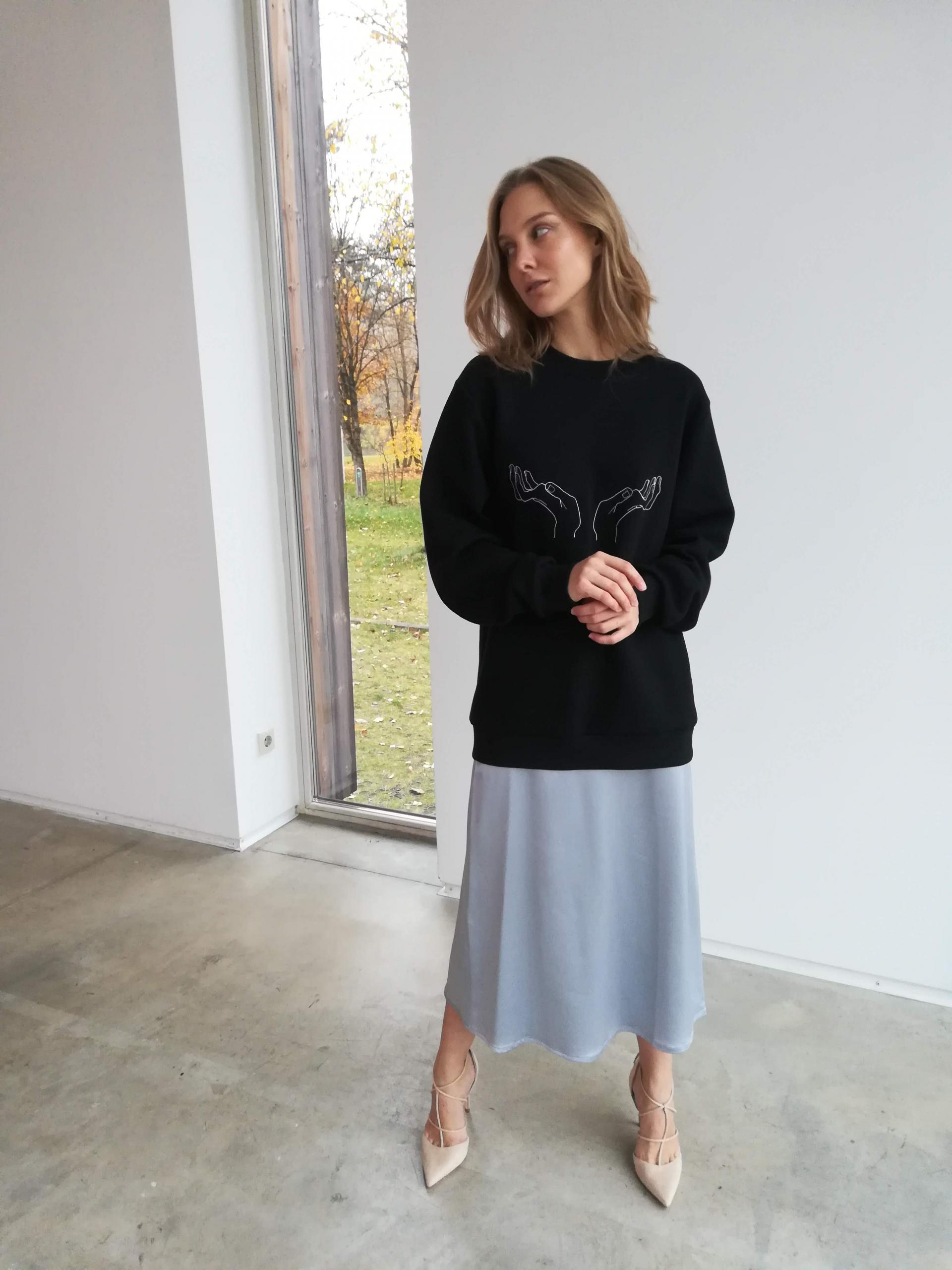 juodas džemperis su siuvinėjimu