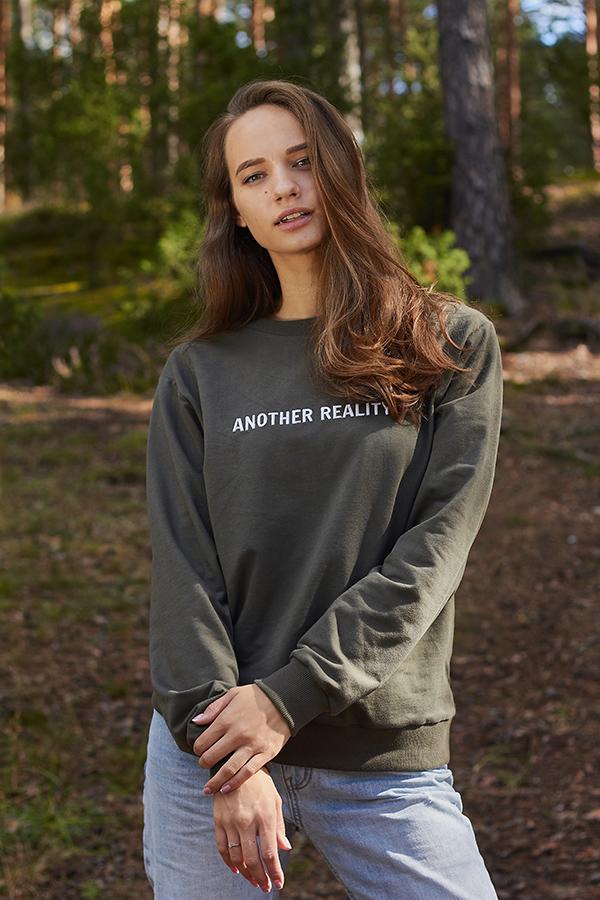 chaki spalvos džemperis su siuvinėjimu another reality