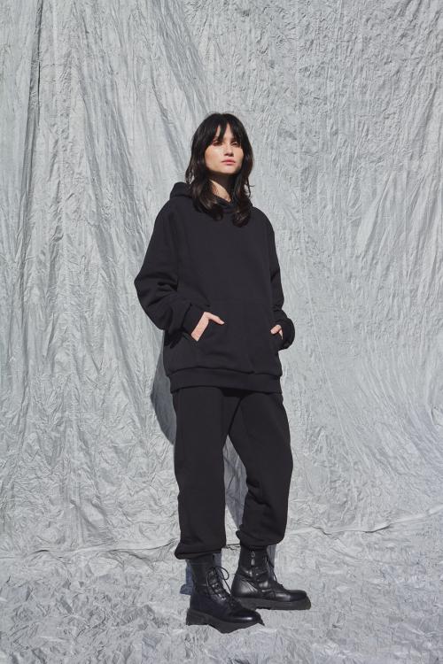 Moteriškas juodas džemperis su gobtuvu TRAVEL