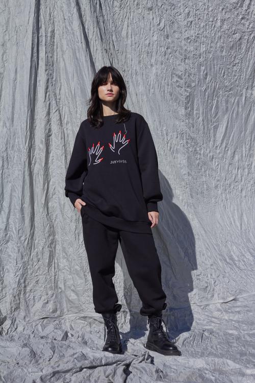 Juodas vieno dydžio džemperis BROKEN