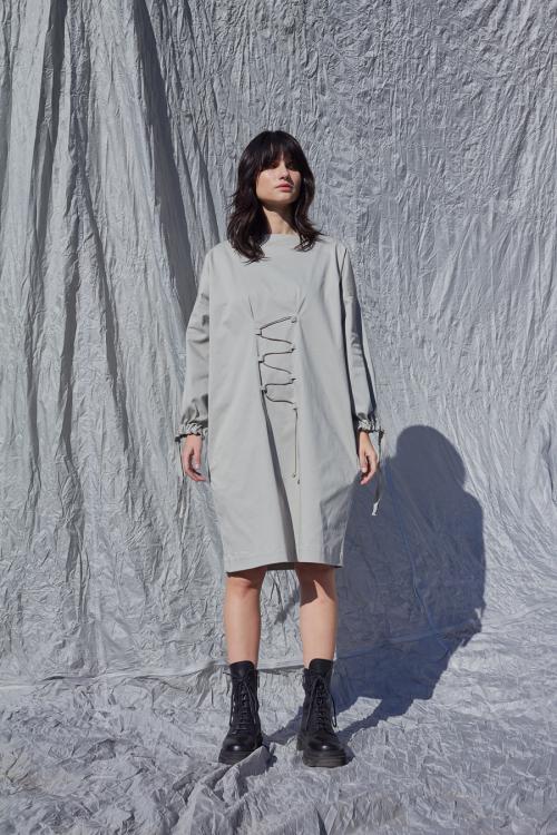 Pilka minimalistinė suknelė su surišamomis rankovėmis